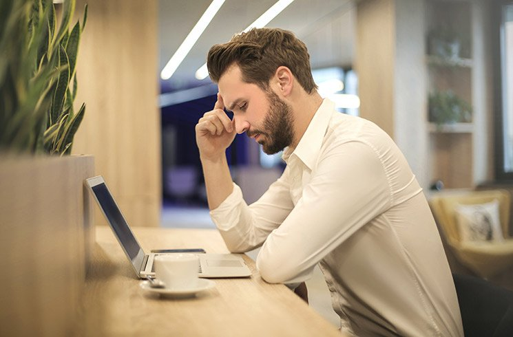 Un expert-comptable à son bureau, devant son ordinateur.